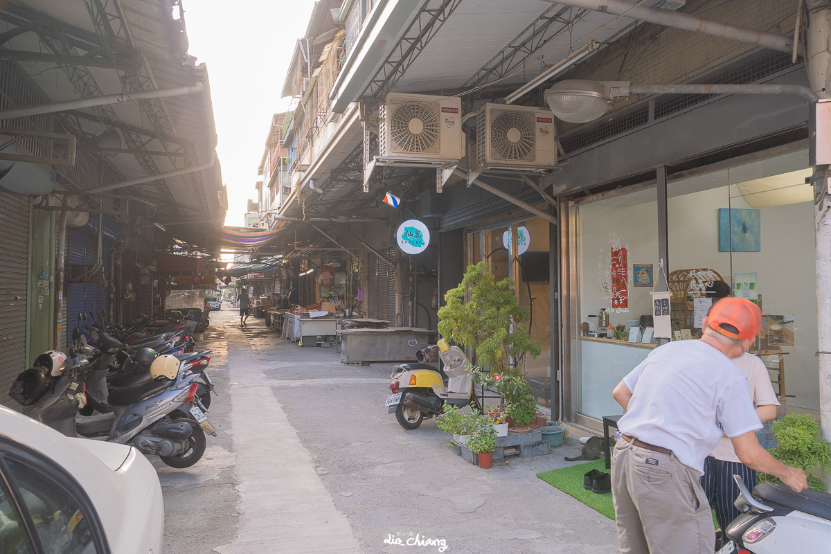 台中市南區 拾號工作室,隱身市場巷弄內,平日是美術教學,假日搖身變成咖啡甜點店。